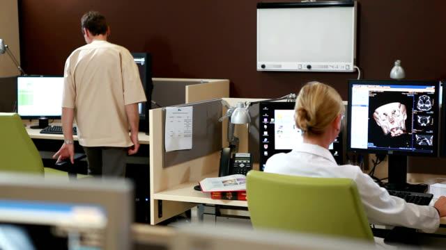 hospital research laboratory - scienziato video stock e b–roll