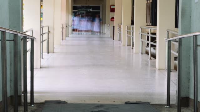 vídeos de stock e filmes b-roll de hospital - entrada de edifício