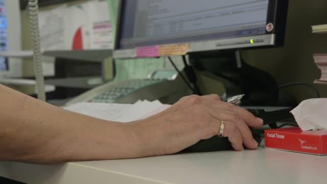 vídeos y material grabado en eventos de stock de hospital workers looking at computers nurse working on computer talking on phone - dispositivo de entrada