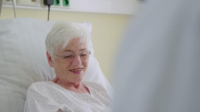 krankenhausfrau im gespräch mit arzt im reha-zentrum - chirurg stock-videos und b-roll-filmmaterial