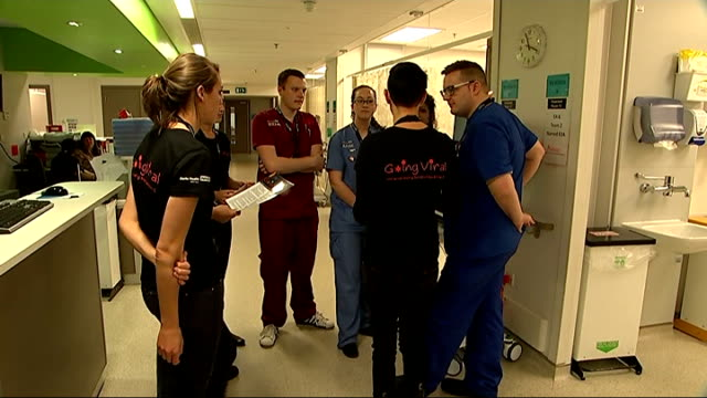 vídeos de stock e filmes b-roll de hospitals across london trial routine tests for hiv and hepatitis; medical workers chatting in corridor 'going viral universal testing for hiv/hep... - retrovírus