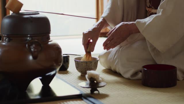 vídeos y material grabado en eventos de stock de el anfitrión del té en la ceremonia tradicional del té japonés y el tazón - sado