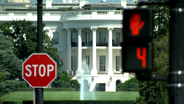 hostages beheaded by islamic state: pressure on barack obama to act; 'stop' sign and pedestrian crossing countdown outside the white house pull focus - isis beheading stock-videos und b-roll-filmmaterial