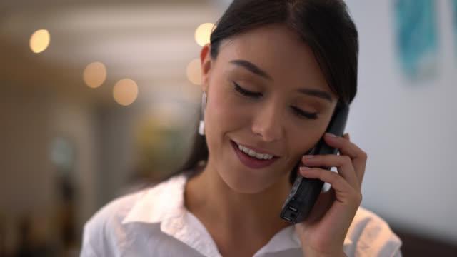 vídeos y material grabado en eventos de stock de anfitriona recibe una llamada para una reserva en un restaurante - anfitriona de la fiesta
