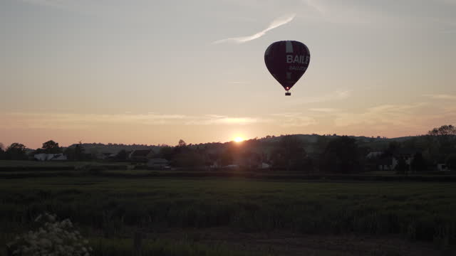 a hot air balloon and perfect sunset - establishing shot stock videos & royalty-free footage
