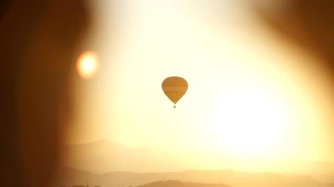 luftballong flyger vid soluppgången. - korg bildbanksvideor och videomaterial från bakom kulisserna
