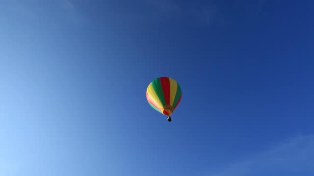 Globos de aire caliente volando lejos