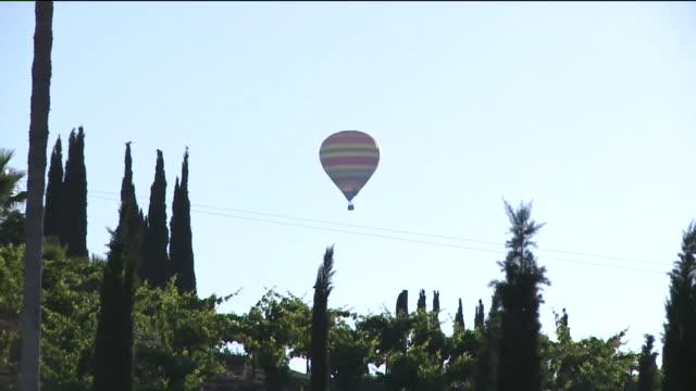 vídeos de stock, filmes e b-roll de kswb hot air balloon in temecula - festa do balão de ar quente