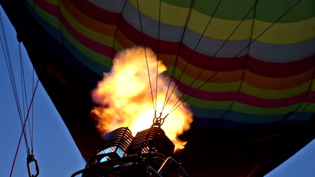 vídeos de stock e filmes b-roll de balão de ar quente encher - trepar