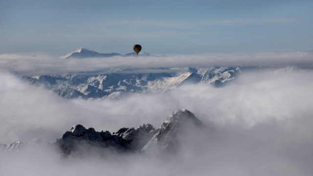 vidéos et rushes de ws hot air balloon over dachstein massive / austria - hot