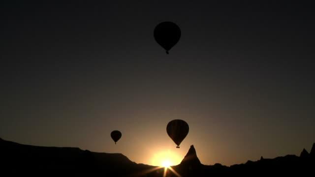 hot air ballon-silhouette in kappadokien - fahrzeug fahren stock-videos und b-roll-filmmaterial