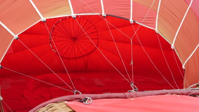 4 k: ホット気球は地面にしながらゆっくりと膨張 - 籠点の映像素材/bロール