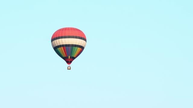 vídeos y material grabado en eventos de stock de globo de aire caliente - globo aerostático