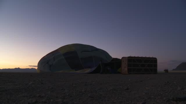hot air ballooning - preparations takeoff - early morning - ventilator - 準備点の映像素材/bロール