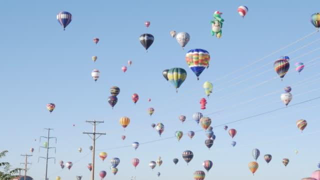 vídeos y material grabado en eventos de stock de hot air balloons and power line - power line