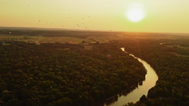 vídeos y material grabado en eventos de stock de aerial globos aerostáticos al atardecer - multicóptero