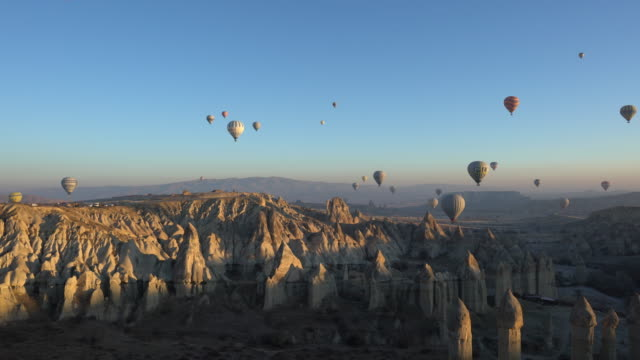 hot air balloons cave city in cappadocia, turkey - turchia video stock e b–roll