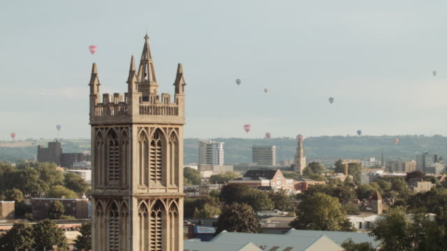hot air balloons crossing the skyline (bristol) 3 - traditionell festival bildbanksvideor och videomaterial från bakom kulisserna