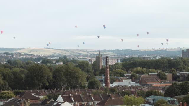 vídeos de stock, filmes e b-roll de hot air balloons crossing the skyline (bristol) 7 - festa do balão de ar quente