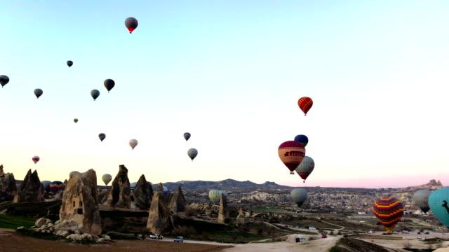 vídeos de stock, filmes e b-roll de balões de ar quente que voam em cappadocia, turquia - capadócia