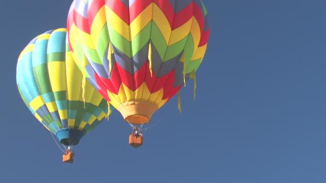stockvideo's en b-roll-footage met hot air balloons flying - vier dingen