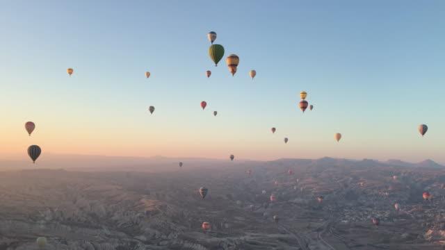 vídeos de stock, filmes e b-roll de balões de ar quente na capadócia turquia - capadócia