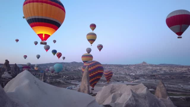 vídeos de stock e filmes b-roll de hot air balloons in cappadocia, turkey - variação