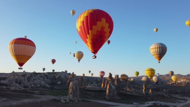 stockvideo's en b-roll-footage met hete lucht ballonnen in cappadocië, turkije - multi coloured