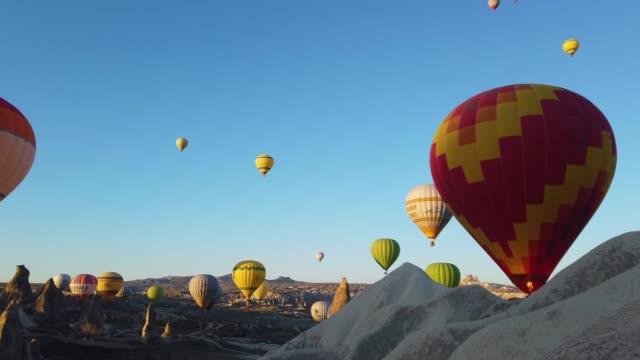 vídeos de stock, filmes e b-roll de balões de ar quente em cappadocia, turquia - capadócia