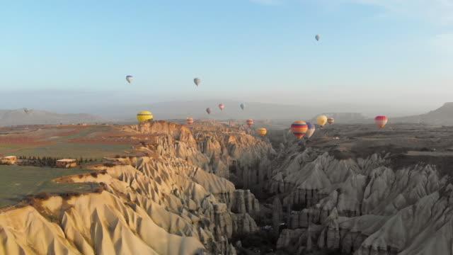 vídeos de stock, filmes e b-roll de balões de ar quente em cappadocia - capadócia