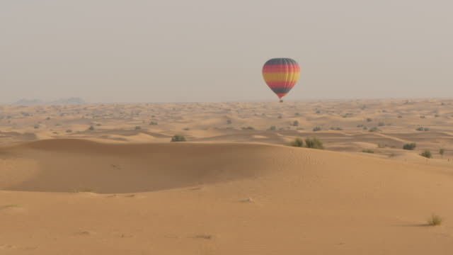 vídeos y material grabado en eventos de stock de hot air balloons in the desert on desert safari near dubai, dubai, united arab emirates, middle east, asia - globo aerostático