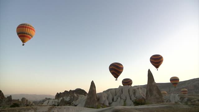 heißluftballon über kappadokien - fahrzeug fahren stock-videos und b-roll-filmmaterial