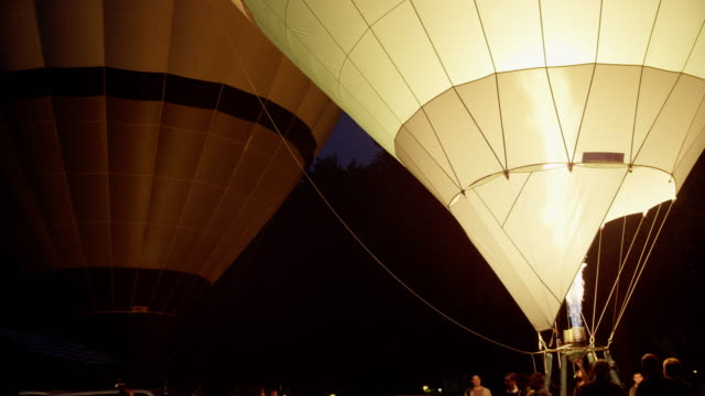 stockvideo's en b-roll-footage met hot air balloons preparing to launch at dawn. - bristol engeland