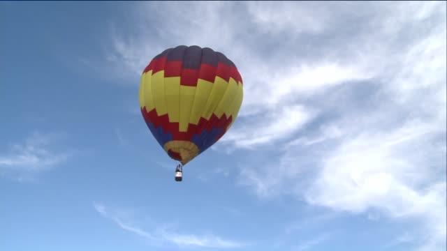vídeos de stock, filmes e b-roll de ktvi hot air balloons take off at 43rd annual great forest park balloon race in st louis on september 19 2015 - festa do balão de ar quente