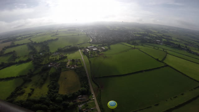 vídeos de stock, filmes e b-roll de hot air balloons take to the skies at a preview flight to launch next week's bristol international balloon fiesta on august 5 2016 in bristol england... - festa do balão de ar quente