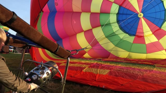 vídeos de stock, filmes e b-roll de hot air balloons take to the skies at longleat's sky safari early morning mass ascent at longleat on september 15 2018 near warminster in wiltshire... - festa do balão de ar quente