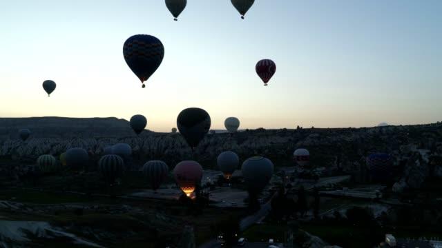 hot air balloons - motorisierte zeitrafferaufnahmen stock-videos und b-roll-filmmaterial