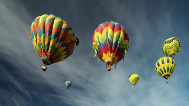 vídeos de stock, filmes e b-roll de hot air balloons - festa do balão de ar quente