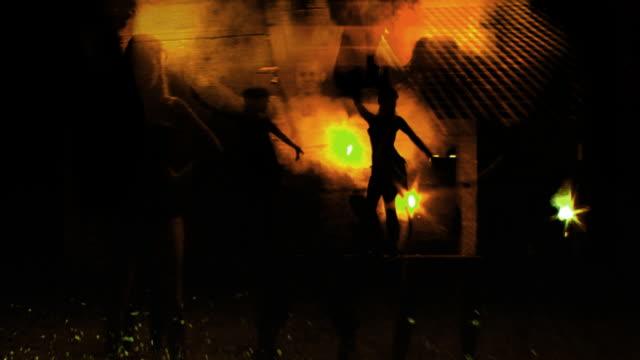 stockvideo's en b-roll-footage met hot and urban - tiki torch