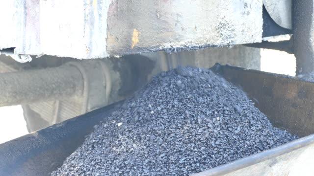 vídeos de stock e filmes b-roll de asfalto quente na máquina da mesa de mistura - cilindro veículo terrestre comercial