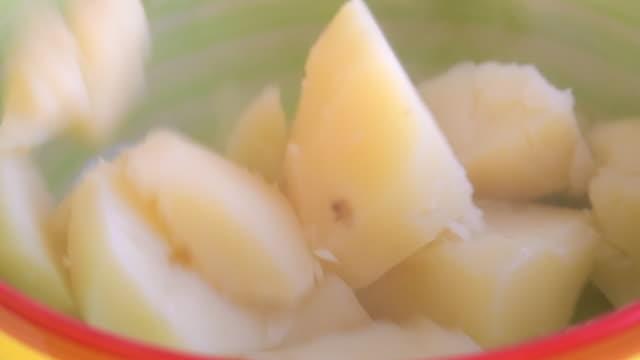 ボウルに落ちる熱いゆでたジャガイモ、スローモーション - ゆでつぶし点の映像素材/bロール