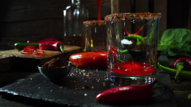 vídeos de stock e filmes b-roll de hot chili pepper drink - copo vazio
