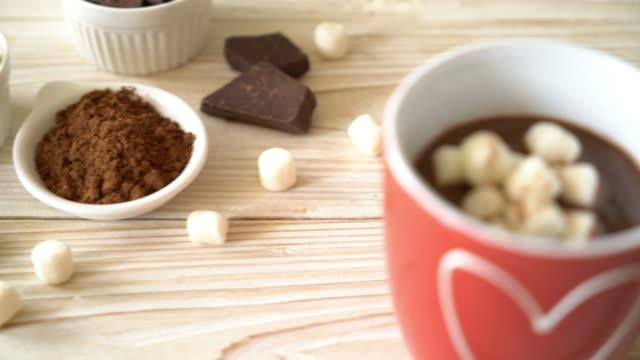 varm choklad med marshmallows - krydda bildbanksvideor och videomaterial från bakom kulisserna
