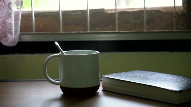stockvideo's en b-roll-footage met hete koffie en boek: dolly shot - textielindustrie