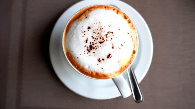 4k: ホットコーヒーアートリラックスタイム - カプチーノ点の映像素材/bロール