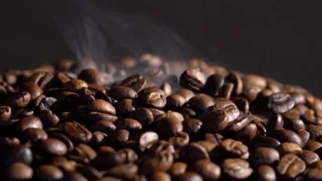 Grãos de café quentes com fumaça