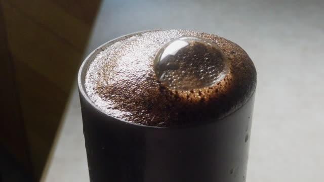 stockvideo's en b-roll-footage met hete koffie brouwen in een franse pers klaar om te worden gegoten in een kopje en dronken - koffie drank