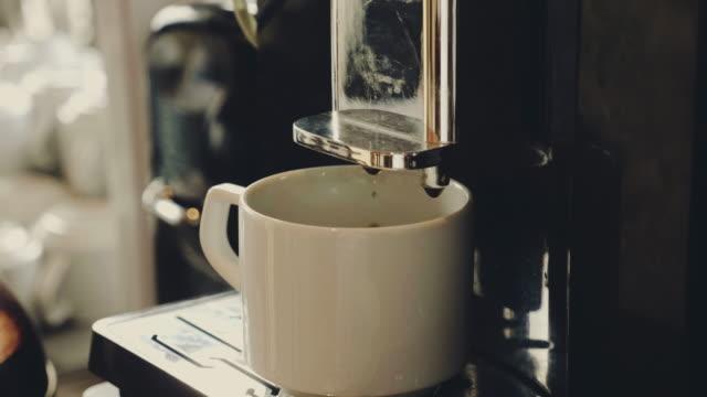 vidéos et rushes de tasse de café chaud, une tasse d'expresso parfumé, - fracture