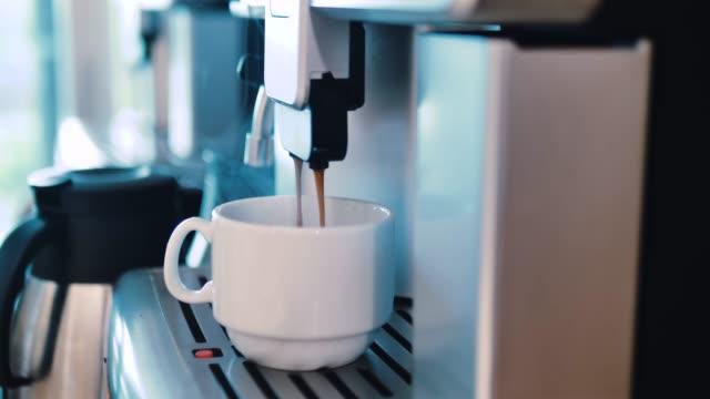 stockvideo's en b-roll-footage met warme koffie beker, een geurige espresso, kopje - machinerie