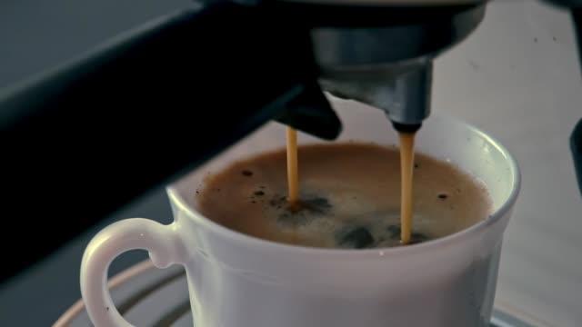 Varm kaffekopp på morgonen från kaffe bryggare